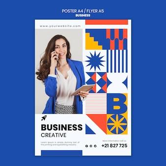 Modèle d'affiche verticale pour les affaires avec une femme élégante