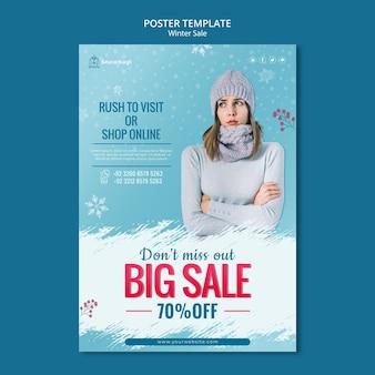 Modèle d'affiche verticale pour vente d'hiver avec femme et flocons de neige