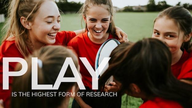 Modèle de bannière de citation inspirante psd avec fond d'équipe de rugby fille