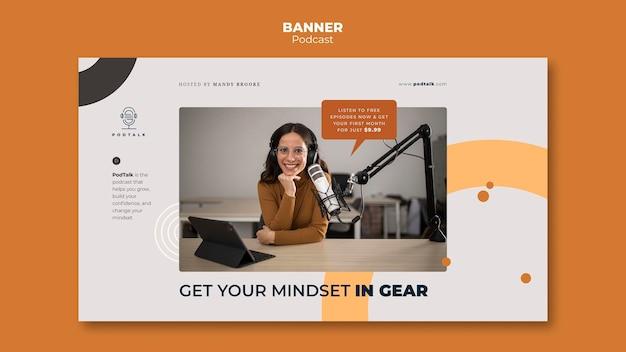 Modèle de bannière horizontale avec podcasteur féminin et microphone