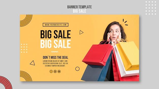 Modèle de bannière horizontale pour grande vente avec femme et sacs à provisions