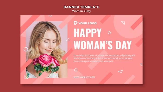 Modèle de bannière de jour de femme heureuse avec femme tenant un bouquet de roses