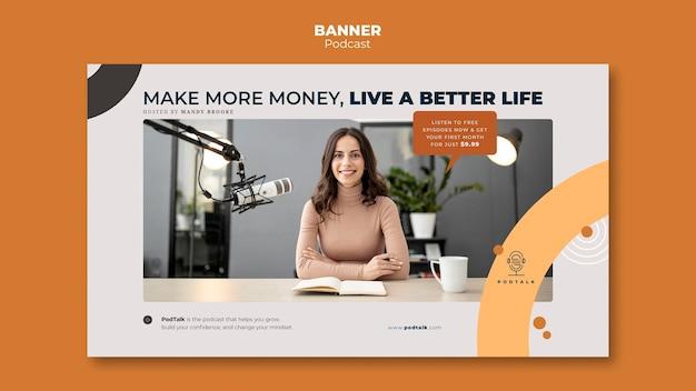 Modèle de bannière avec podcasteur féminin et microphone