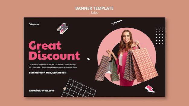 Modèle de bannière pour les ventes avec une femme en costume rose