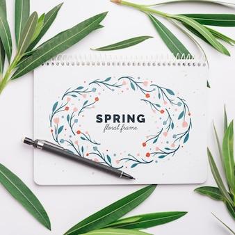 Modèle de bloc-notes pour le printemps avec des fleurs