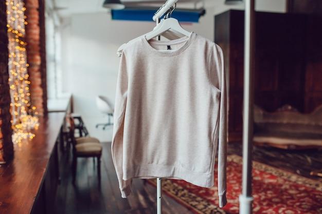 Modèle femme avec modèle de maquette de sweat-shirt vierge