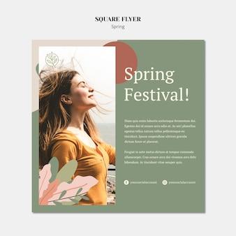 Modèle de flyer carré de printemps avec une femme et ses cheveux dans le vent