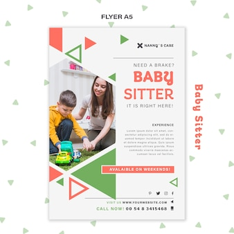 Modèle de flyer vertical pour baby-sitter avec enfant
