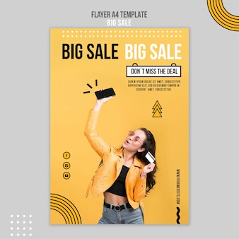 Modèle de flyer vertical pour grande vente avec femme