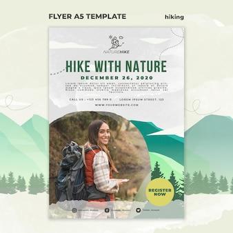 Modèle de flyer vertical pour la randonnée dans la nature