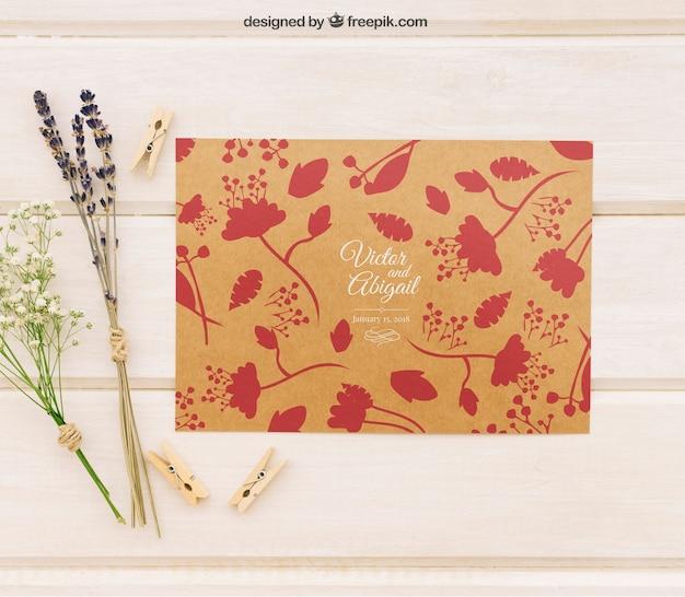 Modèle d'invitation de mariage avec des fleurs et des pinces à linge