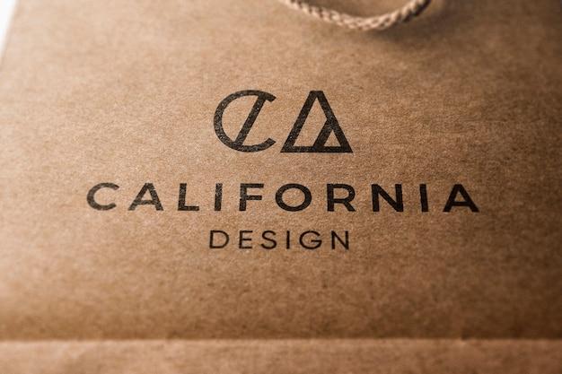 Modèle de logo sur sac en papier kraft