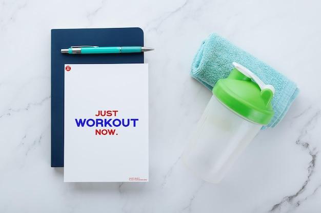 Modèle de maquette de note papier flyer et équipements de fitness