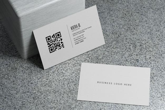 Modèle de maquette de papier de carte de visite blanc avec couvercle d'espace vide