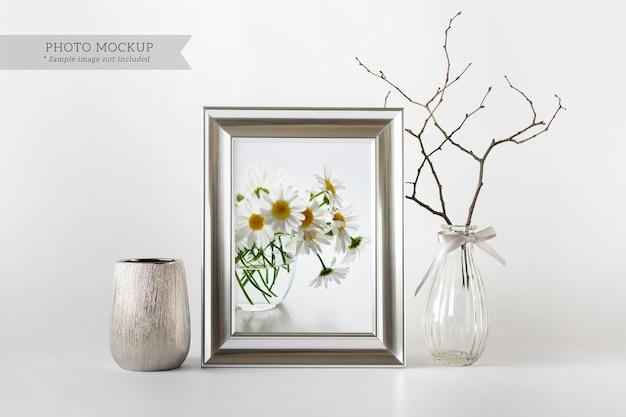Modèle de maquette psd modifiable avec des vases décoratifs à cadre argenté et une branche de plante sèche