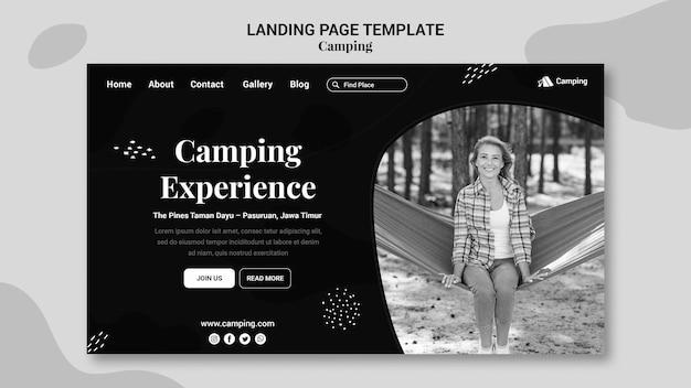 Modèle de page de destination monochrome pour le camping avec une femme