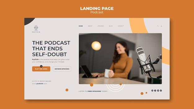 Modèle de page de destination avec podcasteur féminin et microphone