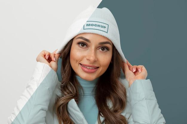 Modèle De Tir Moyen Posant Avec Chapeau Psd gratuit