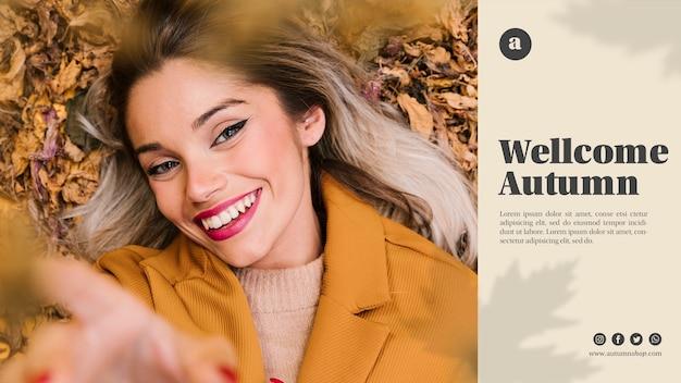 Modèle de web automne avec femme smiley en regardant la caméra