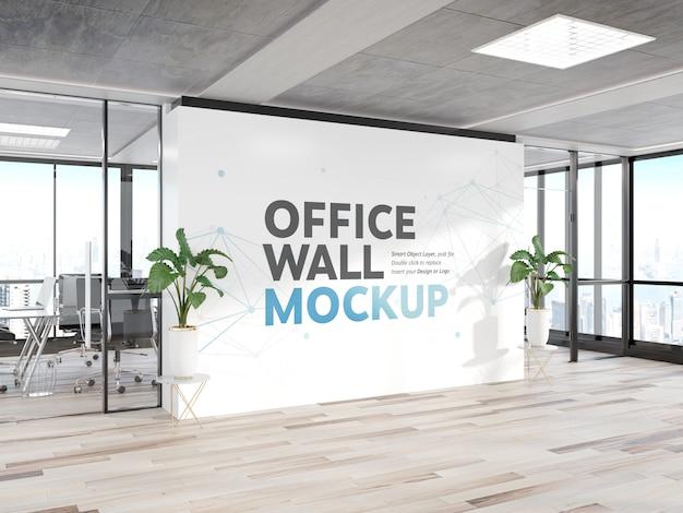 Mur blanc dans la maquette de bureau en bois brillant
