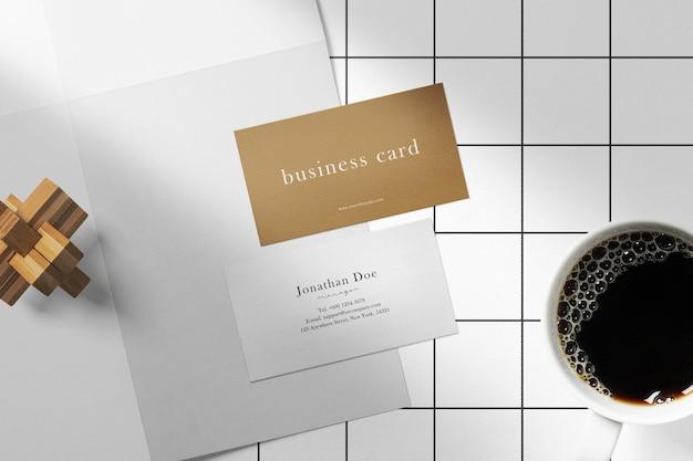 Nettoyer une carte de visite minimale sur papier avec une tasse à café