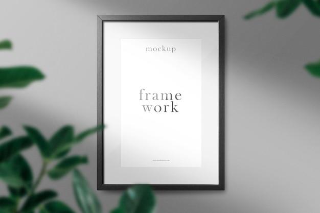 Nettoyer la maquette de cadre minimal sur le mur avec des feuilles