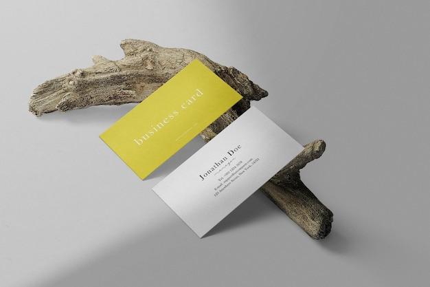 Nettoyer une maquette de carte de visite minimale sur du bois