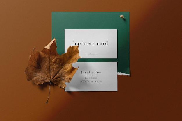 Nettoyer la maquette de carte de visite minimale sur un fond de couleur avec de l'érable.