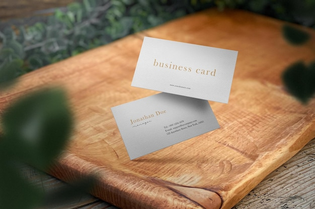Nettoyer la maquette de carte de visite minimale sur une plaque en bois