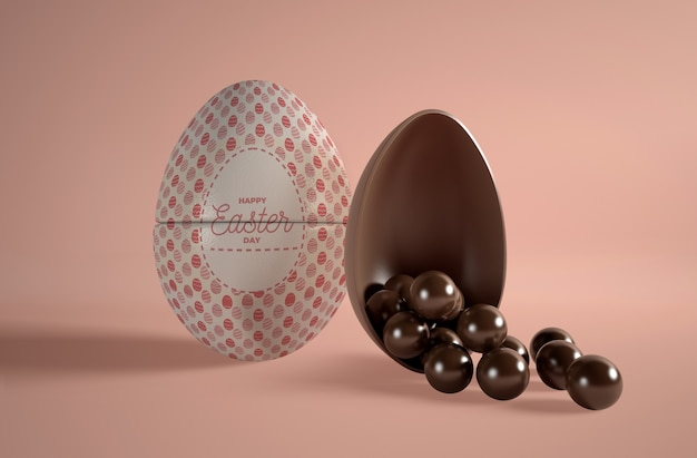 Oeuf en chocolat avec petits œufs en chocolat