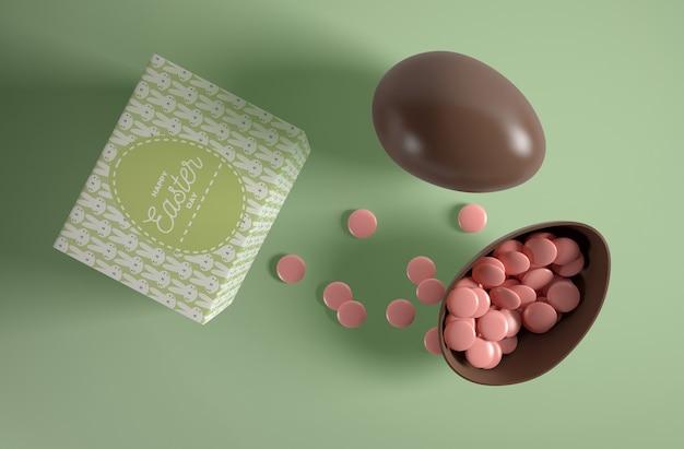 Oeuf en chocolat vue de dessus avec des bonbons