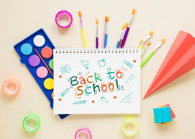 Oeuvre de retour à l'école sur un cahier