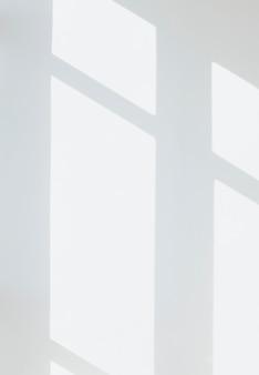 Ombre d'une fenêtre sur un mur blanc