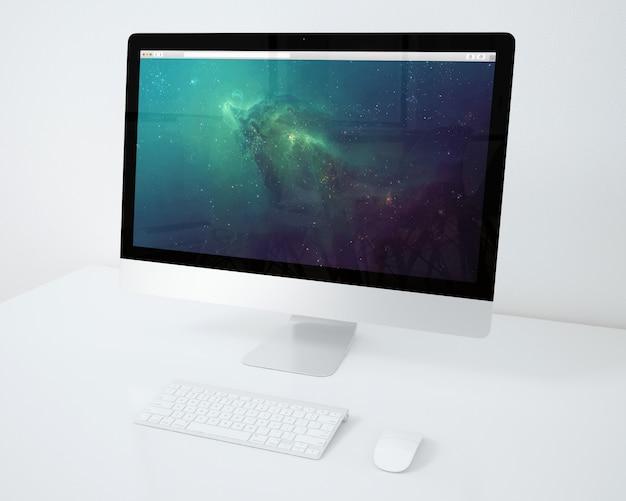 L'ordinateur sur le bureau blanc se moque