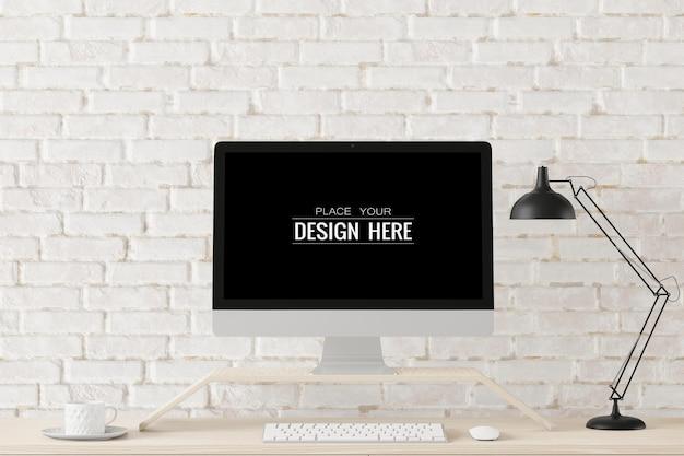 Ordinateur à écran vide au bureau