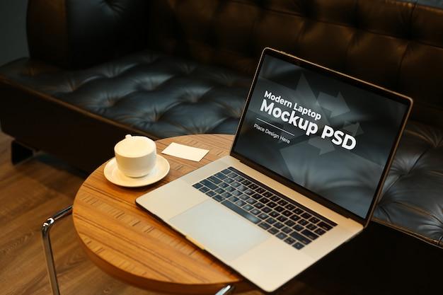 Ordinateur portable avec café sur maquette de table ronde psd