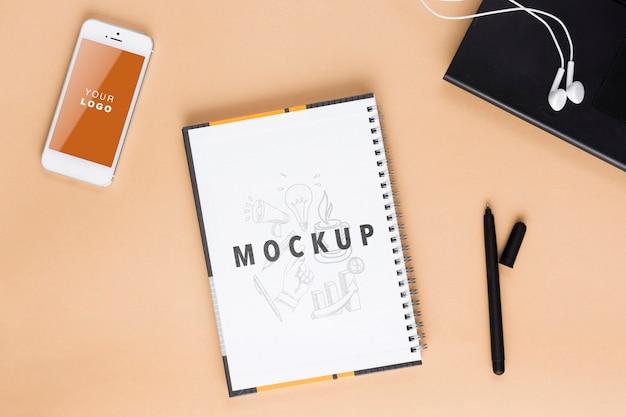 Ordinateur portable et cahier sur l'espace de travail