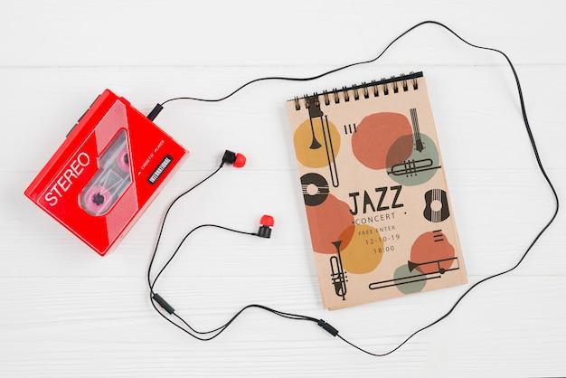 Ordinateur portable à côté de la cassette de musique