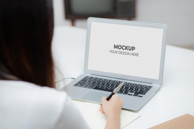 Ordinateur portable écran d'affichage vierge maquette avec femme travaillant