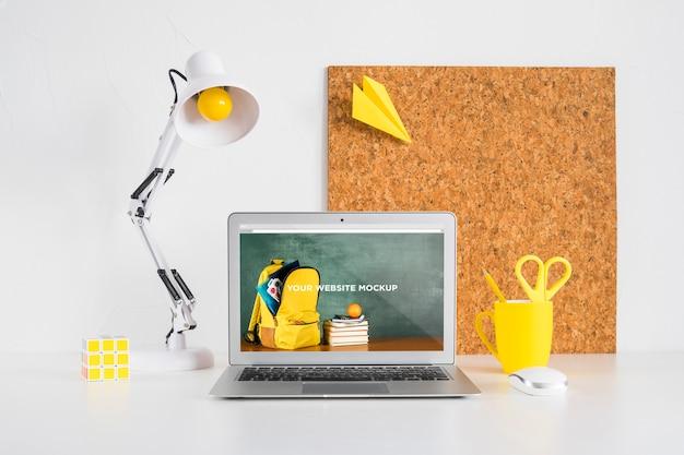 Ordinateur portable avec écran de maquette dans un espace de travail propre et ordonné. thème de l'éducation