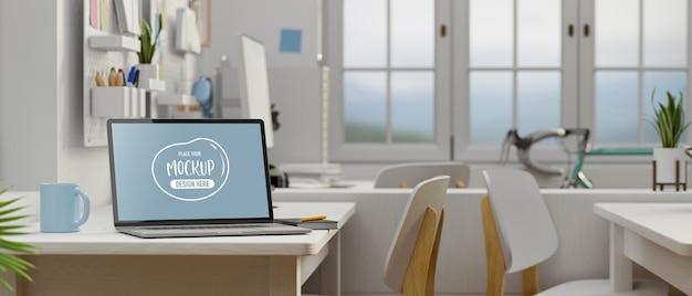 Ordinateur portable avec écran de maquette sur tableau blanc dans la salle de bureau moderne intérieur de bureau minimal