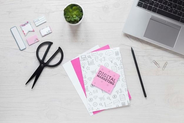 Ordinateur portable et maquette de notes autocollantes sur le bureau