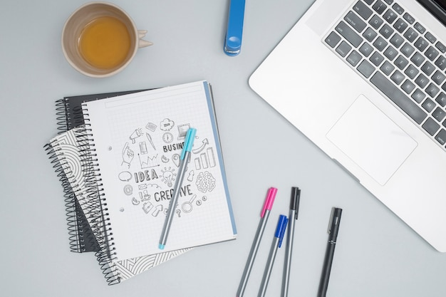 Ordinateur portable vue de dessus avec des stylos colorés