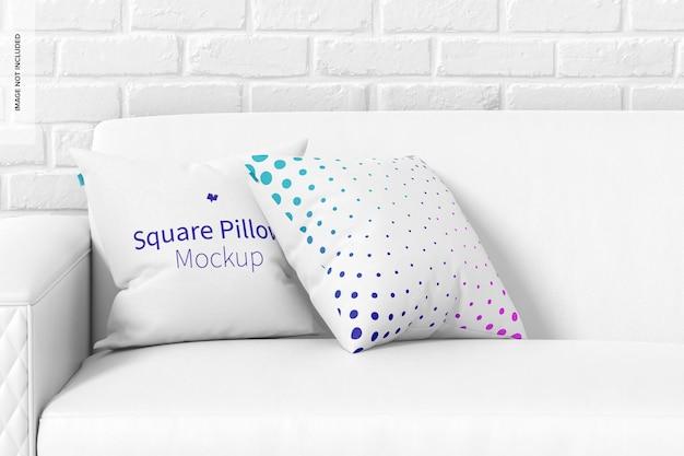 Oreillers carrés sur la maquette du canapé