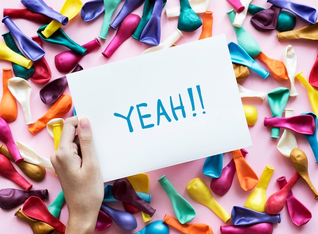 Ouais! texte sur papier et ballons de fête concept de fête colorée