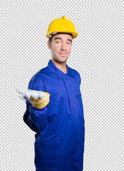 Ouvrier confiant avec geste de spectacle sur fond blanc