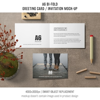 Ouvrir une maquette de carte d'invitation bi-fold a6