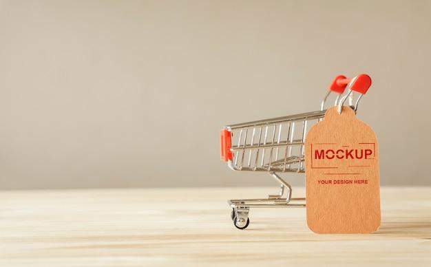 Panier avec étiquette de prix marron sur maquette de table en bois
