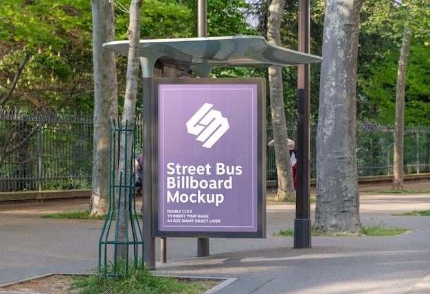 Panneau d'affichage dans l'arrêt de bus mockup