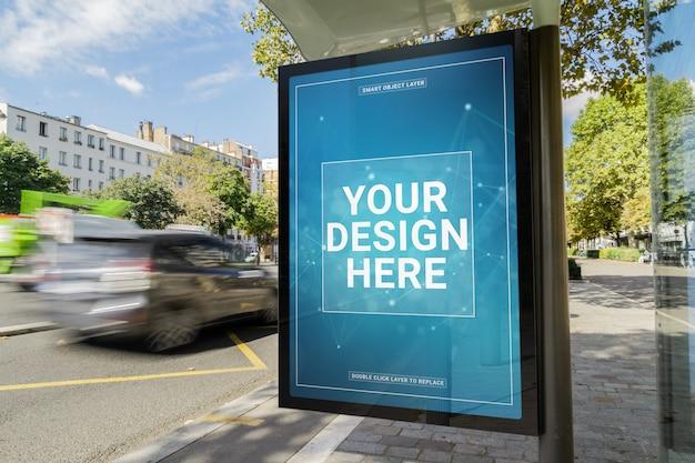 Panneau d'affichage dans une maquette d'arrêt de bus